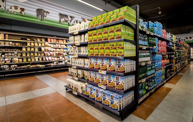מדפים לסחורה בסופרמרקט