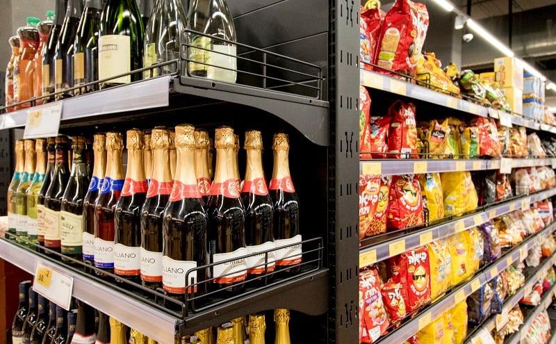 מדפים לשתייה בסופרמרקט או מכולת