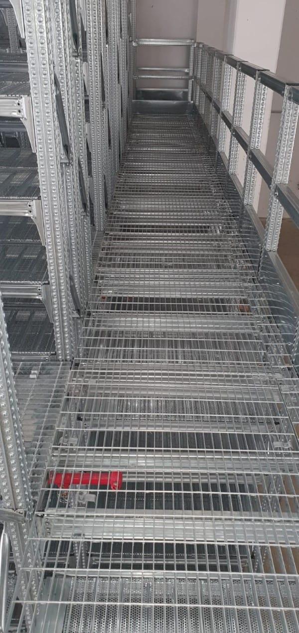 מדפים עם מעברים למחסן של חברה